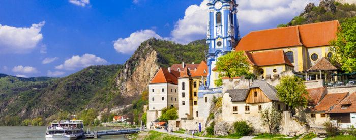 Ogled benediktinskega samostana, enega najstarejših v Evropi. Nato plovba s turistično ladjo po slikoviti dolini Wachau, s pogledom na vinograde in gradove. 3 dni, 198 EUR.