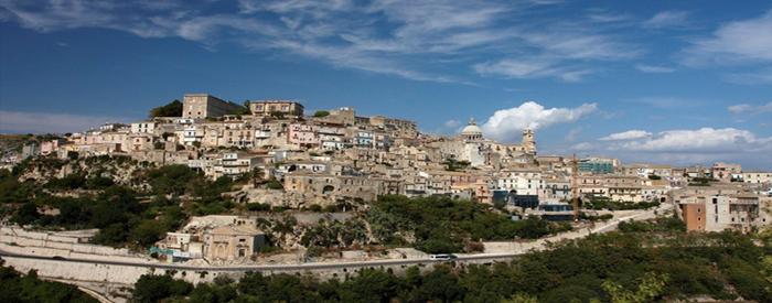 Sicilija, otok bogate zgodovine, mitov, legend, postavljenih v lepo pokrajino temperamentnih ljudi. Tako je Sicilija prava dežela za vse uživaške raziskovalce. Letalo, 4 dni, 644 EUR (polpenzion).