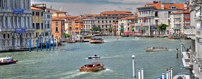 Pred Benetkami se boste vkrcali na ladjico (samo za vašo skupino) in odpluli do prvega otoka Burana....2 dni, 115 EUR (polpenzion).