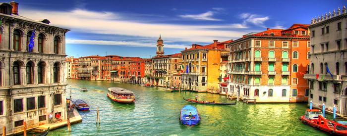 Vožnja čez Kras in mejo na Fernetičih ter po avtocesti do Benetk. Parkirali boste na otoku Tronchetto in se do mestnih znamenitosti podali kar peš mimo železniške postaje,...