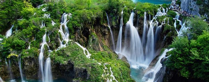 Šestnajst prekrasnih modrozelenih jezer, ki so med seboj povezana s slapovi in brzicami, bujni gozdovi, ki jih obdajajo, številne rastline in živali - to je Narodni park Plitvice.