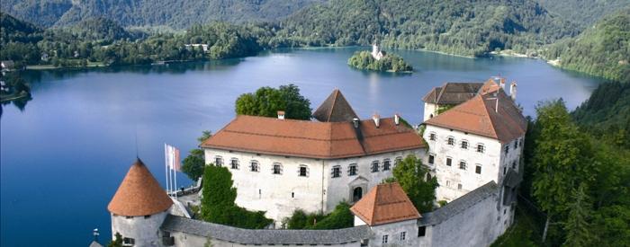Vožnja do Bleda, bisera Slovenije, ki je leta 2004 praznoval tisočletnico prve omembe v pisnih virih. Sredi Blejskega jezera leži slavni otok, do katerega se boste popeljali...