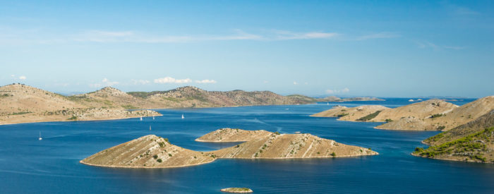 Vožnja z ladjico po Kornatskem arhipelagu. Z barke si boste v miru ogledali prekrasne in uživali v lepoti barv in oblik. 3 dni, 178 EUR (polpenzion, ribji piknik).