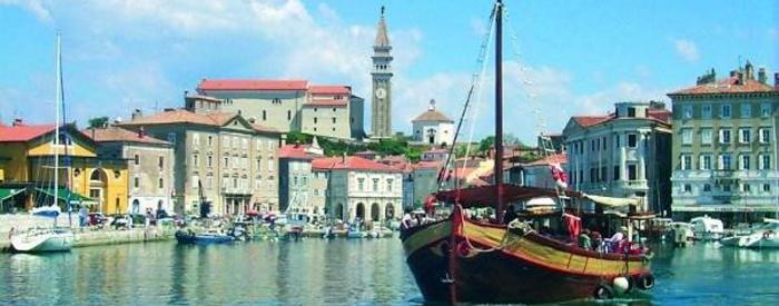 V zavetju sredozemskega zelenja, v najsevernejšem kotičku Mediterana, pozdravlja Primorska. Privlačnost istrskih gričev, morja, solin, Krasa in kamnitih vasic ...