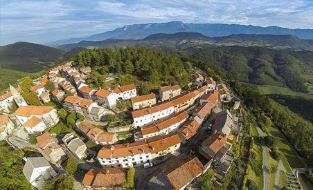 Naprej se boste peljali po kraški vinski cesti vse do Štanjela, enega najbolj slikovitih in najstarejših naselij na Krasu.