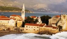 Budva je najbolj priljubljena turistična točka Črne Gore in vsako leto privabi na tisoče obiskovalcev, ki sem prihajajo zaradi čudovitih plaž in raznolikega nočnega življenja.