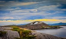 """Kristiansund, """"mesto otokov"""" leži na obali Norveškega morja. Znamenita Atlantska cesta, najvišja vertikalna alpska stena v Evropi, gorska cesta Trolova lestev..."""