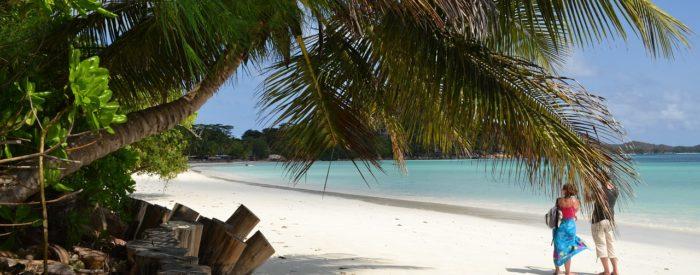 Hotel CORAL STRAND**** leži na najboljši lokaciji ob beli peščeni plaži v zalivu Beau Vallon na severnem delu otoka.