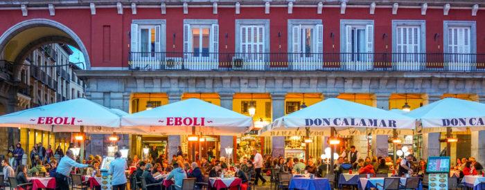 Valencija, moderno mesto, ki vsako leto gosti svetovno znano regato America's Cup, združuje znanost, kulturo in tradicionalne zabave.