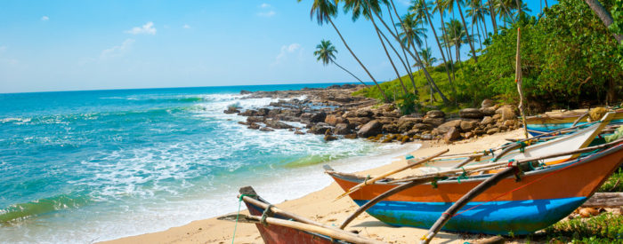 Počitniški dnevi namenjeni brezskrbnemu uživanju na otočju Maldivi, ki se kot pikice lesketajo v kristalno čistem turkiznem morju.