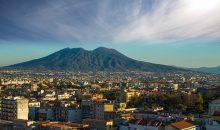 Slikoviti Neapeljski zaliv z Vezuvom, zgodovinskimi Pompeji  in Sorrento - mesto romantikov. V času cvetoče pomladi...